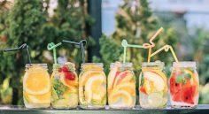 شربت لیمویی همراه باقطعات میوه