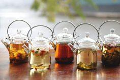 دمنوش طبیعی با انواع میوه خشک و گل محمدی با چای سفید